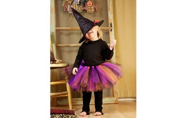 Um saia colorida de tule simples de fazer pode ser combinada com calça e blusa pretas e você tem uma fantasia de bruxinha