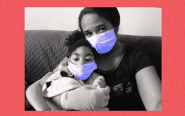 uma mulher de máscara abraça a filha pequena, também de máscara