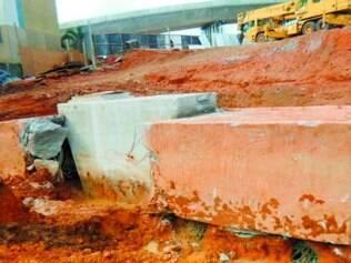 Na imagem, pilar do Batalha dos Guararapes afundado sobre o bloco que se rompeu