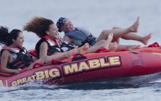 Rihanna e amigos curtem praia em Barbados