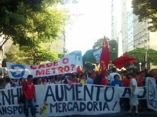 Manifestantes queimam e pulam catraca na Antônio Carlos