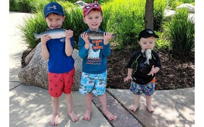 Landon, de apenas um ano e meio, roubou a cena na foto com os irmãos Levi e Logan. A mãe divulgou o clique na web