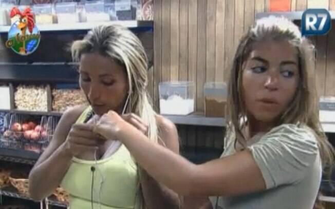 Valesca Popozuda coloca o fone de ouvido com a ajuda de Raquel Pacheco