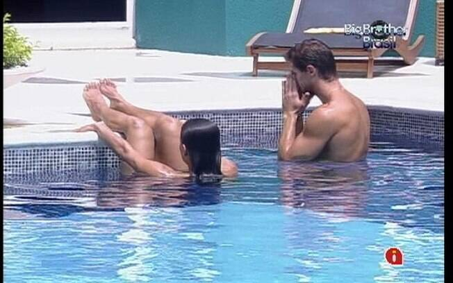 Kelly e Jonas conversam sobre Paredão na piscina