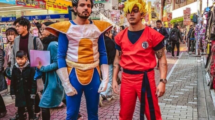 Whindersson Nines fazendo cosplay nas ruas de Tóquio