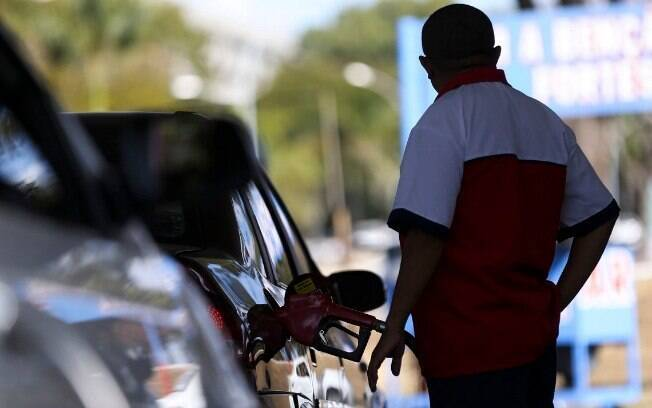 A queda do preço da gasolina nos postos de combustível contraria a política recentemente adotada nas refinarias