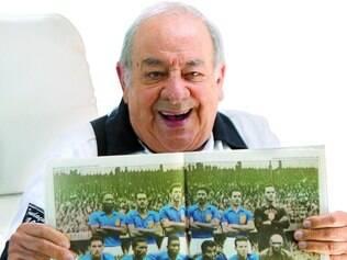 Moreno Netto segura uma foto da seleção que venceu a Copa que ele cobriu, em 1958
