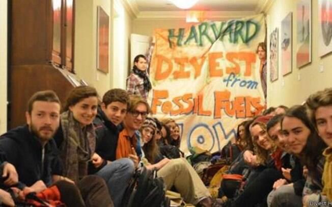 Estudantes entraram com uma ação na Justiça para pressionar Harvard a deixar de investir em empresas de gás e petróleo
