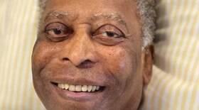 Pelé aparece bem-humorado e fazendo fisioterapia em vídeo