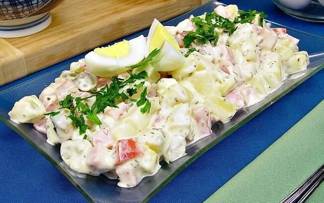Salada de maionese portuguesa com ovos, batata e queijo