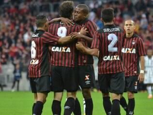 De pênalti, Cléo marcou o único gol da partida da vitória do Furacão, na Arena Independência