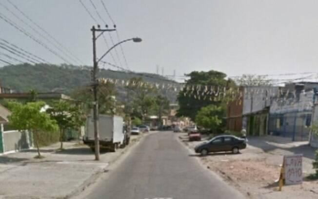 Assaltantes explodiram três lojas na Estrada do Camboatá durante tentativa de roubo de caixa eletrônico