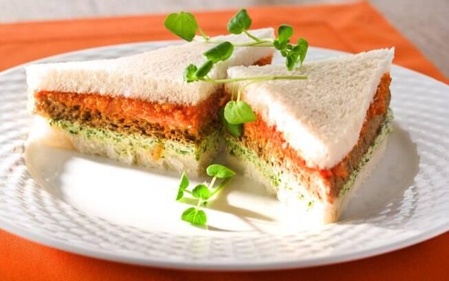 Foto da receita Sanduíche de pão de miga com pasta de tomate e agrião pronta.