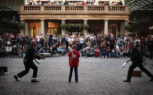 Artistas populares se apresentam pelas ruas e pela praça do mercado Convent Garden