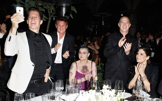 Sinead O'Connor ledeada por Sean Penn e Sandra Bullock