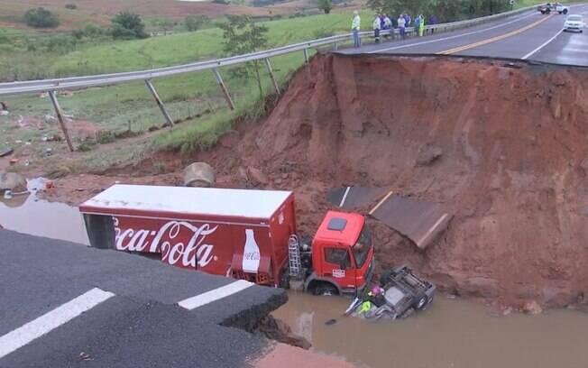 Cratera foi aberta após chuvas fortes no estado