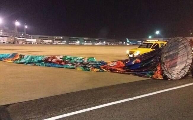 Imagem mostra parte do 'balão painel' de 18 metros caído na pista do Galeão: Polícia Federal afirma que houve risco de acidente aéreo