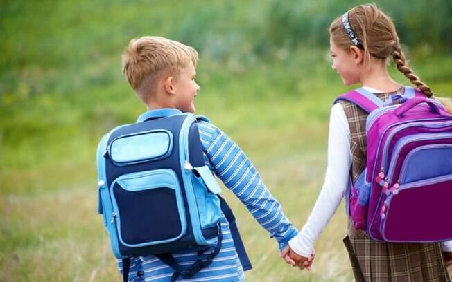 As crianças devem começar sentir interesse e ter o primeiro namoro a partir dos 10, 12 anos, segundo especialista