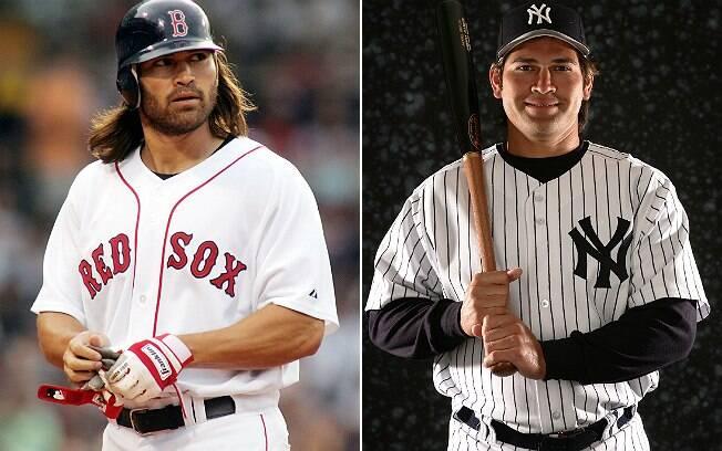 Johnny Damon em ação pelo Boston Red Sox, em 2005, e na apresentação com o New York Yankees, em 2006