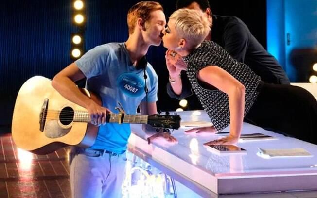 Katy Perry rouba beijo de menino que nunca beijou na boca e gera polêmica