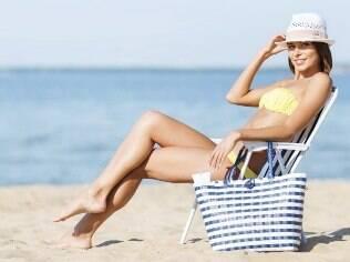 Alguns itens da nécessaire de verão tem que ir na sacola da praia: protetor solar para rosto, corpo e cabelos não podem faltar