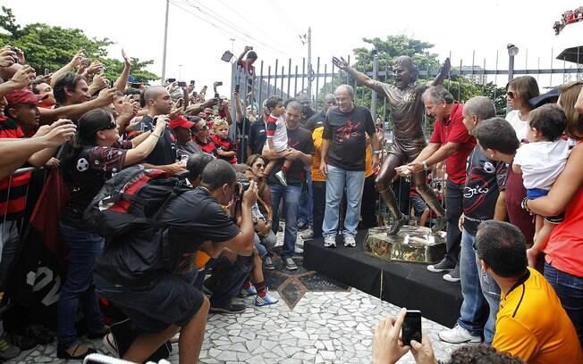 Torcida do Flamengo reverencia seu ídolo na  inauguração da estátua de Zico na Gávea