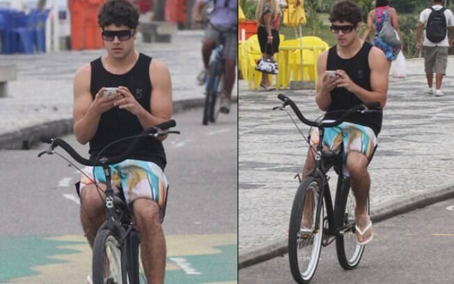 Caio Castro pedala, mas não larga do celular
