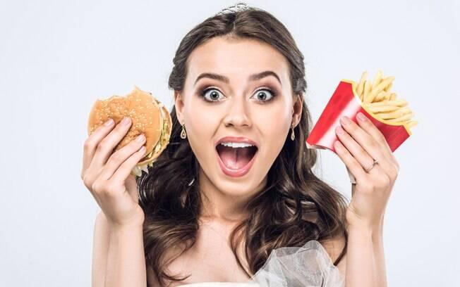 Noiva surtada: para sair bem nas fotos de casamento, a mulher alimentou as irmãs com smoothies de proteínas em pó