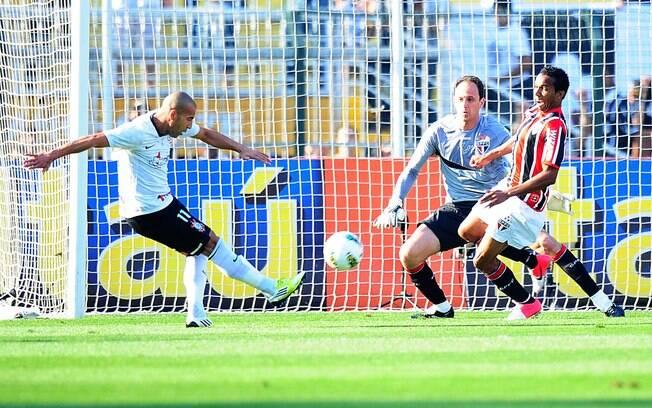 O atacante Emerson chuta para fazer o gol do  Corinthians diante do São Paulo, no Pacaembu