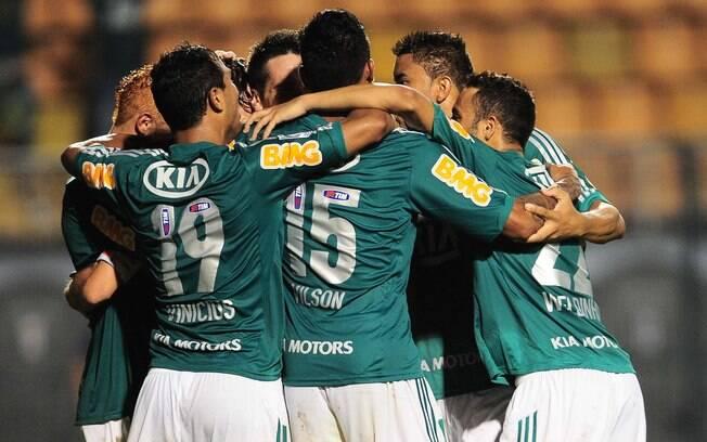 Jogadores do Palmeiras comemoram o primeiro  gol do jogo