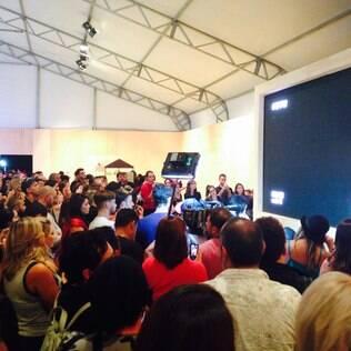 Multidão de aglomera nos bastidores e vê desfile de Gisele Bündchen no telão