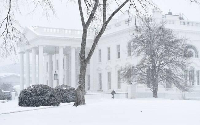 Casa Branca fica quase encoberta por causa da neve