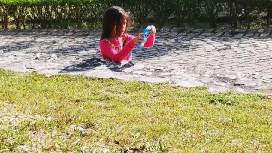 Foto de menina submersa na calçada foi postada no Reddit e confundiu a internet