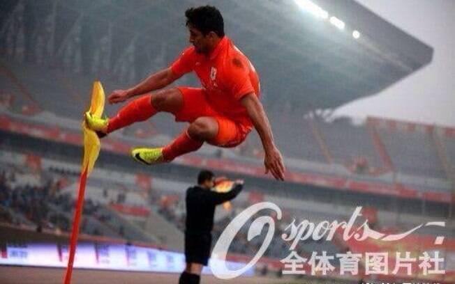 Aloísio dá voadora para comemorar seu primeiro gol na China pelo Shadong Luneng