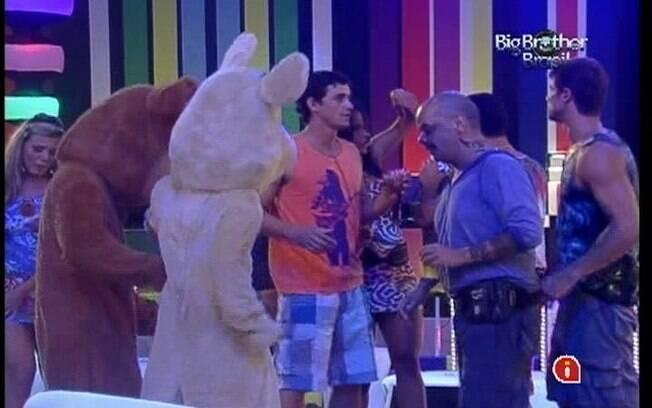 Ursinhos curtem a Festa Pop Brasil junto dos confinados