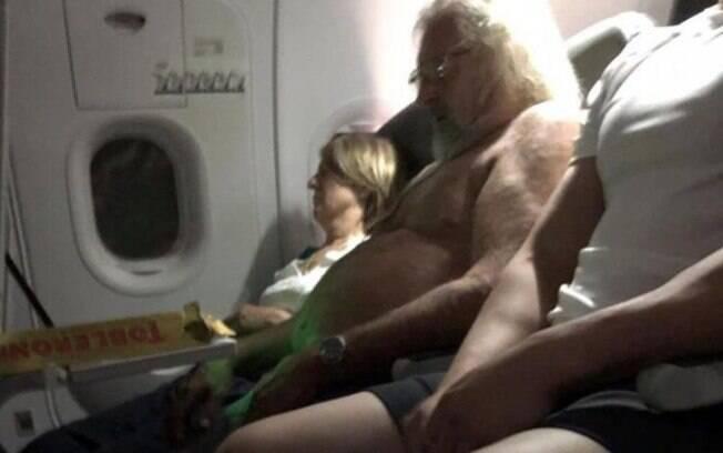 Homem com barba e cabelo branco – e sem camisa – em voo foi comparado com o Papai Noel; veja a repercussão na web