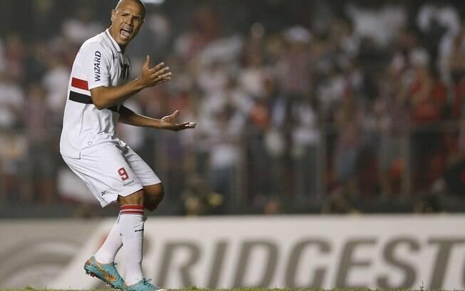 Luis Fabiano reclama com o time na primeira  etapa