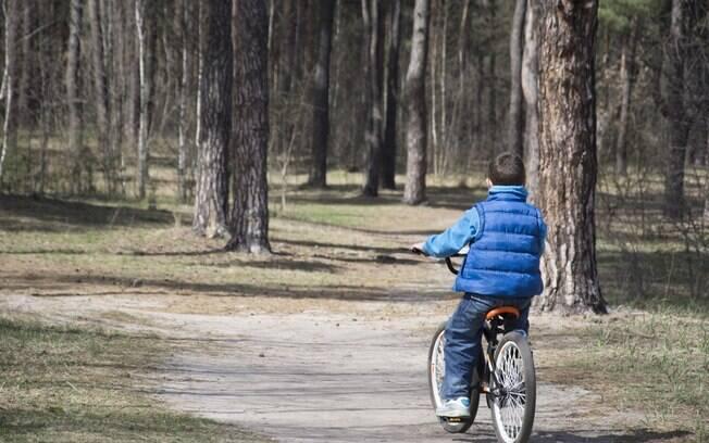 O menino de oito anos que motivou o dilema na internet brincava e andava de bicicleta sozinho no parque