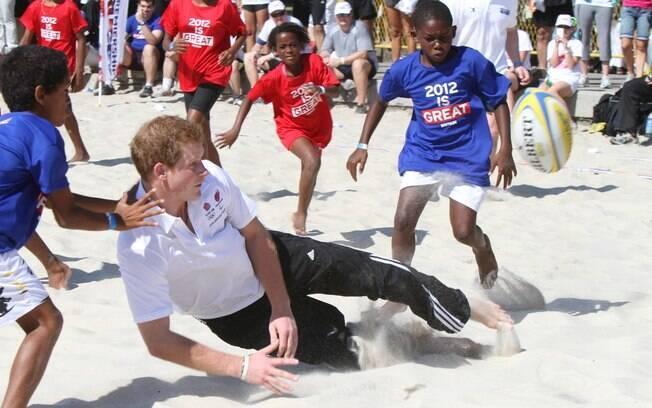 O britânico joga rúgbi com crianças carentes do Rio