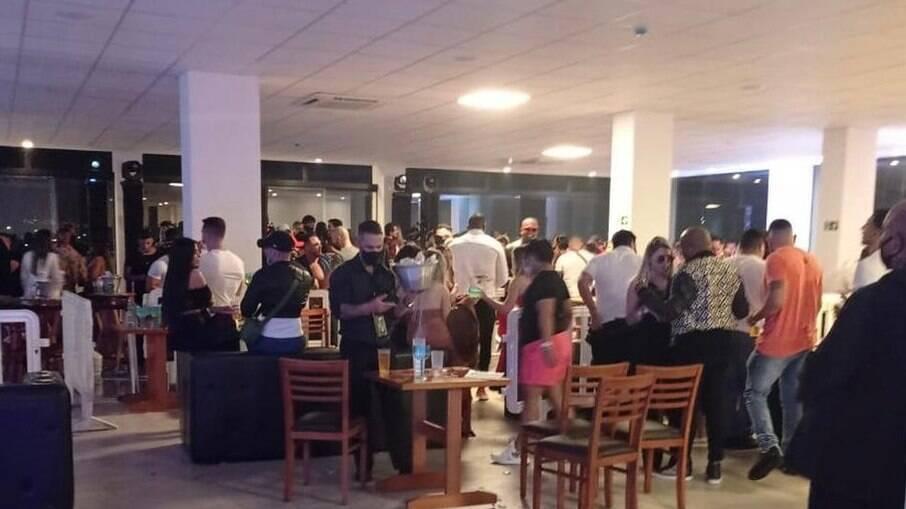 Festa clandestina com mais de 500 pessoas foi interrompida por fiscalização de São Vicente, SP