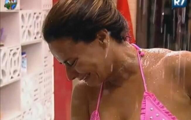 Viviane Araújo chorou durante o banho por estar na Roça