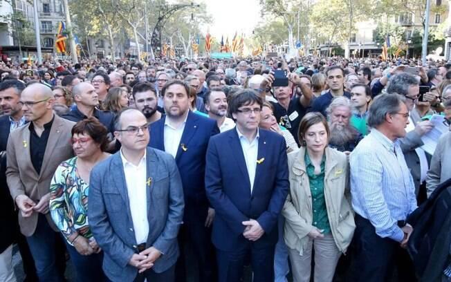 Milhares de cidadãos e autoridades protestaram neste sábado na Catalunha contra o governo da Espanha