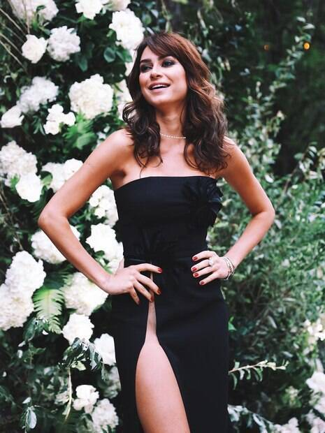 Thaila Ayala chama atenção com vestido de fenda ousado e fãs elogiam