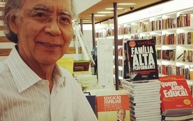 O psiquiatra Içami Tiba ao lado de livros de sua autoria em livraria na região central de São Paulo