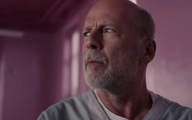 Bruce Willis como David Dunn em cena de Vidro