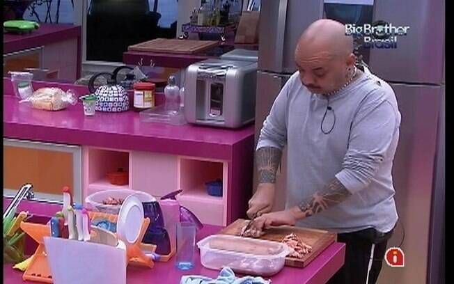 João Carvalho prepara o almoço desta quinta-feira (26)
