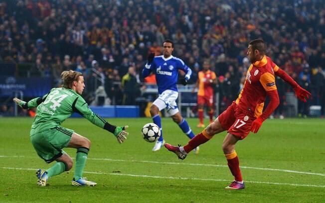 Yilmaz toca por cima do goleiro Hildebrand  para anotar o segundo do Galatasaray