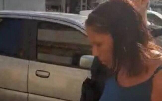Monica chega presa à delegacia: ela foi encontrada na favela da Mangueirinha