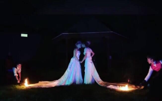 Antes de decidirem pela ideia dos vestidos de noiva em chamas, o casal pensou em todos os procedimentos de segurança