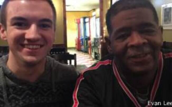 James Robertson, o andarilho, e Evan Leedy, o estudante que criou o site de financiamento